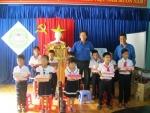 Tỉnh đoàn Quảng Nam tặng quà cho học sinh Tiểu học Tân Hiệp