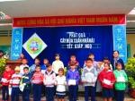 Trường TH Bùi Chát tặng quà cho học sinh nghèo